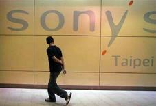 <p>Un uomo cammina vicino a un negozio Sony a Taipei. REUTERS/Pichi Chuang (TAIWAN)</p>