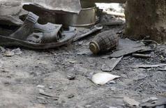 <p>Неразорвавшаяся граната лежит на земле в отделении полиции города Раипур в Индии 18 марта 2007. Как минимум 16 сотрудников правоохранительных органов Китая погибли и 16 получили ранения в результате взрыва гранаты в Синьцзян-Уйгурской автономной провинции, сообщило государственное агентство новостей Синьхуа. (REUTERS/Parth Sanyal)</p>