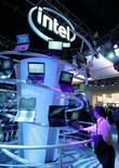 """<p>Intel a levé le voile sur l'architecture de sa micro-puce de nouvelle génération, connue sous le nom de code Larrabee, qui réunira plus de cent """"cerveaux"""" électroniques dans un seul microprocesseur et visera d'abord le marché des puces graphiques. /Photo d'archives/REUTERS/Steve Marcus</p>"""