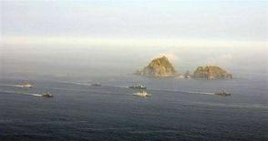<p>Южнокорейские корабли и ВВС проводят учения в Японском море, 30 июля 2008 года Южнокорейские компании готовы стать подрядчиками постройки моста из Владивостока на остров Русский, который Москва требует возвести точно к международному саммиту в 2012 году, хотя эксперты призывают не торопиться. REUTERS/South Korean Navy/Handout (SOUTH KOREA).</p>
