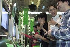 <p>Giovani giapponesi giocano coi videogiochi al Tokyo Game Show. REUTERS/Kimimasa Mayama</p>