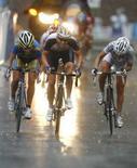 <p>Olimpiadi, prova femminile di ciclismo su strada a Pechino: al centro la britannica Nicole Cooke (oro), a sinistra Emma Johansson (argento) e a destra l'italiana Tatiana Guderzo (bronzo). REUTERS/Phil Noble</p>
