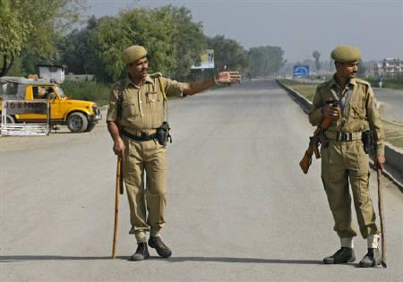 Indian policemen block a highway to stop Kashmiri demonstrators on a protest march to Muzaffarabad, capital of Pakistan-Administered Kashmir, in Srinagar August 11, 2008. REUTERS/Fayaz Kabli