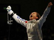 <p>Maria Valentina Vezzali esulta dopo la vittoria. REUTERS/Alessandro Bianchi (CHINA)</p>
