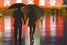 <p>Una coppia a Pechino in Piazza Tiananmen. REUTERS/Gil Cohen Magen</p>