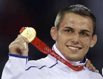 <p>Французский спортсмен Стив Гено с золотой медалью Олимпийских игр в Пекине 13 августа 2008 года. Французский спортсмен Стив Гено завоевал золотую медаль в соревнованиях по греко-римской борьбе в весовой категории до 66 килограммов. (REUTERS/Oleg Popov)</p>