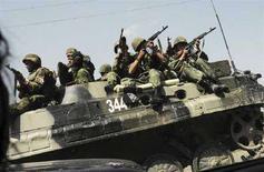 <p>Осетинские ополченцы на бронемашине на дороге между Гори и Тбилиси 13 августа 2008 года. Польша и три прибалтийские страны - Эстония, Литва и Латвия в среду обратились к НАТО с просьбой ускорить процесс принятия Грузии в североатлантический альянс в ответ на действия Москвы вступившей в вооруженный конфликт с Тбилиси в самопровозглашенной республике Южная Осетия. (REUTERS/News Bridgepix)</p>
