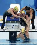 <p>Австралийские пловчихи праздную победу в эстафете 4 по 200 метров вольным стилем на Олимпиаде в Пекине, 14 августа 2008 года. Олимпийская женская сборная Австралии по плаванию завоевала золотые медали в эстафете четыре по 200 метров вольным стилем. (REUTERS/Jason Reed)</p>