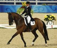 <p>Немецкая спортсменка Изабель Верт участвует в командном первенстве по выездке в Гонконге 14 августа 2008 года. Немецкая сборная выиграла золотые медали в командном первенстве по выездке с результатом 72,917. (REUTERS/Bobby Yip)</p>