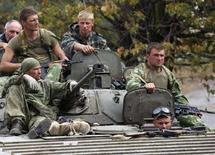 """<p>Российские солдаты в грузинском городе Гори 14 августа 2008 года. Российская армия закрепилась на грузинской территории, игнорируя требования Вашингтона уважать территориальную целостность Грузии, но обещает скоро вывести войска, называя операции в грузинских населенных пунктах """"разведкой"""" в миротворческих целях. (REUTERS/Gleb Garanich)</p>"""