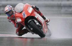 <p>Casey Stoner su Ducati sul circuito di Brno. REUTERS/David W Cerny</p>