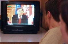 <p>Famiglia georgiana guarda un'intervista al presidente Mikhail Saakashvili in tv, in un'immagine d'archivio. REUTERS/Irakli Gedenidze (Georgia)</p>
