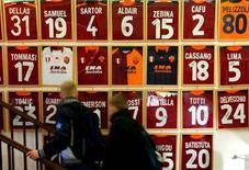 <p>Una parete di un A.S. Roma Store della capitale. REUTERS/Max Rossi</p>