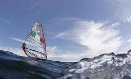 <p>Alessandra Sensini prima di una regata alle Olimpiadi di Pechino. REUTERS/Peter Andrews</p>