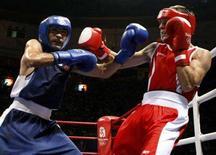<p>Vincenzo Picardi (d) combatte con il tunisino Walid Cherif nei quarti di finale peso mosca alle Olimpiadi di Pechino. REUTERS/Lee Jae-Won</p>