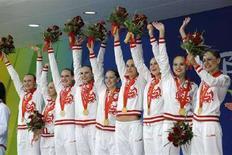 <p>Олимпийская команда РФ по синхронному плаванию машет зрителям после награждения золотыми медалями. Россиянки заняли первое место во время группового выступления по свободной программе. REUTERS/Wolfgang Rattay</p>