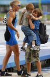 <p>Josefa Idem festeggia assieme ai due figli l'argento vinto oggi a Pechino. REUTERS/Hans Deryk</p>