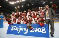 <p>Женская сборная РФ по гандболу радуется серебряным медалям пекинской Олимпиады 23 августа 2008 года. Российские гандболистки в субботу завоевали серебряную олимпийскую медаль, проиграв команде Норвегии. REUTERS/Marcelo Del Pozo</p>