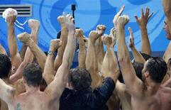 <p>Сборная Венгрии по водному поло радуется победе над командой США в финале олимпийского турнира в Пекине 24 августа 2008 года. Мужская сборная Венгрии по водному поло выиграла олимпийский турнир. REUTERS/Oleg Popov</p>