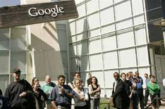 <p>Impiegati di Google davanti al quartier generale della società a Mountain View, California. REUTERS/Robert Galbraith</p>