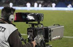 <p>Un cameraman in una foto d'archivio. REUTERS/Regis Duvignau</p>