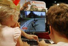 <p>Bambini giocano con un videogame. Foto d'archivio. REUTERS/Arnd Wiegmann</p>