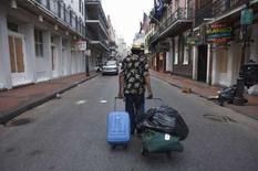 <p>Un uomo lascia il quartiere francese di New Orleans, Louisiana, in vista dell'arrivo dell'uragano Gustav. REUTERS/Lee Celano</p>