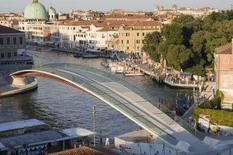 <p>Il Ponte di Calatrava sul Canal Grande a Venezia in una foto diffusa dal Comune di Venezia. REUTERS/HandOut</p>