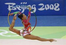<p>Азербайджанская гимнастка Алия Гараева выступает на Олимпиаде в Пекине. Фотография сделана 23 августа 2008 года. Азербайджан планирует обратиться в Международный олимпийский комитет (МОК) с заявкой о проведении в Баку летних Олимпийских игр 2020 года, сказал министр молодежи и спорта Азад Рагимов на пресс-конференции в среду. REUTERS/Yves Herman</p>
