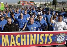 <p>Boeing machinists march from company's Renton, Washington factory to their union hall to vote on the company's final contract offer, September 3, 2008. REUTERS/Robert Sorbo</p>