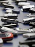 <p>Cellulari esposti al 3GSM World Congress di Barcellona nel 2006. REUTERS/Albert Gea</p>