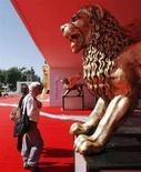 <p>Statua del Leone d'oro all'ingresso della 65esima Mostra del Cinema di Venezia. REUTERS/Denis Balibouse</p>