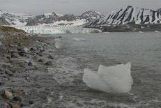 <p>Ghiacci dell'isola di Spitsbergen in un'immagine d'archivio. REUTERS/Peter Vermeij</p>