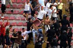 <p>Scontri fra tifosi del Napoli e polizia allo stadio San Paolo. REUTERS Pictures</p>