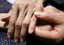 <p>La mano di un'anziana donna giapponese. REUTERS/Yuriko Nakao (JAPAN)</p>