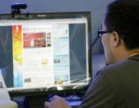 <p>Un uomo al computer, in un'immagine d'archivio. REUTERS/Daniel Aguilar (Cina)</p>
