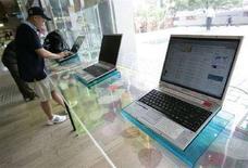<p>Internet point in un'immagine d'archivio. REUTERS/Jo Yong-Hak (Corea del Sud)</p>