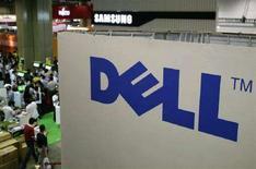 <p>Il logo Dell su uno stand fieristico a Singapore. REUTERS/Tim Chong (SINGAPORE)</p>