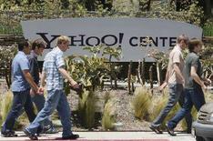 <p>Passanti davanti agli uffici di Yahoo! a Santa Monica, California. REUTERS/Lucy Nicholson</p>