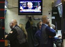 <p>Il discorso del segretario Usa al Tesoro Henry Paulson in cui si annuncia il piano per il salvataggio del sistema bancario trasmesso ieri dalla tv statunitense, mentre gli operatori di Borsa di Wall Street erano al lavoro. REUTERS/Brendan McDermid</p>