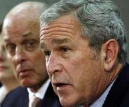 <p>George W. Bush insieme al Segretario al Tesoro Henry Paulson. REUTERS/Jim Young (UNITED STATES)</p>