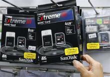 <p>Schede di memoria flash SanDisk in un negozio di elettronica di Taipei. REUTERS/Nicky Loh (Taiwan)</p>