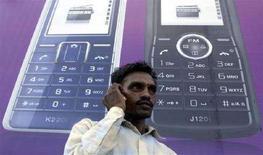<p>Un indiano parla al cellulare, in un'immagine d'archivio REUTERS/Ajay Verma (India)</p>
