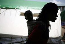 <p>Madre e figlio etiopi nel campo di Medici Senza Frontiere di Sheshemene,a sud dell'Etiopia, nel giugno del 2008. REUTERS/Radu Sigheti</p>