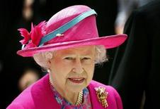 <p>Queen Elizabeth arrives for The Derby at the Epsom Downs race course in the south of England June 7, 2008. REUTERS/Alessia Pierdomenico</p>
