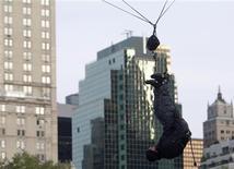 <p>El mago David Blaine se cuelga boca abajo en una presentación en Nueva York, 24 sep 2008. REUTERS/Joshua Lott (UNITED STATES)</p>