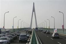 <p>Vehicles move on the Hangzhou Bay Bridge during a trial operation in Ningbo, Zhejiang province May 1, 2008. REUTERS/Stringer</p>