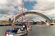 <p>Il Gateshead Millenium Bridge sul Tyne. REUTERS/Stringer UK</p>