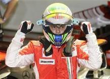 <p>Felipe Massa comemora após conquistar a pole para o GP de Cingapura de Fórmula 1. O inglês Lewis Hamilton ficou em segundo. REUTERS/Bazuki Muhammad</p>