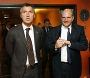 <p>O presidente-executivo da Microsoft, Steve Ballmer (dir), caminha com o primeiro-ministro norueguês, Jens Stoltenberg, depois de encontro em Oslo, dia 20 de setembro REUTERS / Erlend Aas / Scanpix (NORWAY). NO COMMERCIAL OR BOOK SALES. NORWAY OUT. NO COMMERCIAL OR EDITORIAL SALES IN NORWAY.</p>